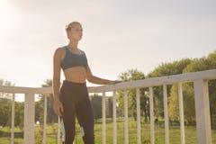 Adolescente joven que presenta la ropa del deporte del ajustado del atleta Imagenes de archivo