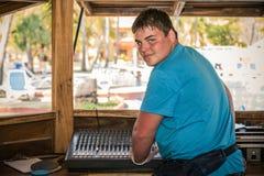 Adolescente joven que proporciona el entretenimiento de la música para el partido al aire libre en jardín tropical Foto de archivo