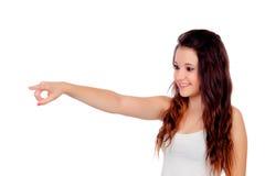 Adolescente joven que señala en algo Imágenes de archivo libres de regalías