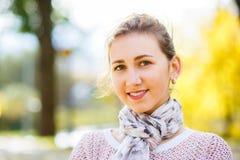Adolescente joven que se coloca en parque del otoño Fotos de archivo