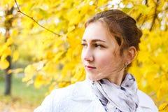 Adolescente joven que se coloca en parque del otoño Imagenes de archivo
