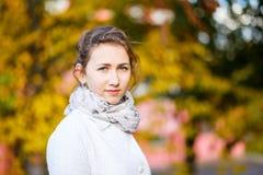 Adolescente joven que se coloca en parque del otoño Imagen de archivo libre de regalías