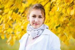 Adolescente joven que se coloca en parque del otoño Foto de archivo libre de regalías