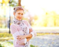 Adolescente joven que se coloca en parque del otoño Foto de archivo