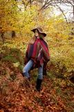 Adolescente joven que se coloca en un bosque en otoño Imagenes de archivo