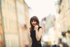 Adolescente joven que se divierte en la ciudad Imagen de archivo libre de regalías