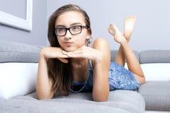 Adolescente joven que se relaja Fotografía de archivo