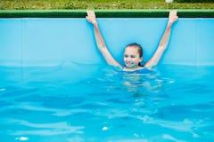 Adolescente joven que se relaja en piscina Fotografía de archivo