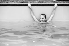 Adolescente joven que se relaja en piscina Fotos de archivo