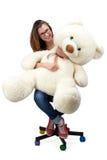 Adolescente joven que se sienta con el oso de peluche Imagen de archivo