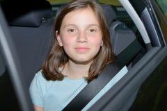 Adolescente joven que se sienta en un coche Imagen de archivo