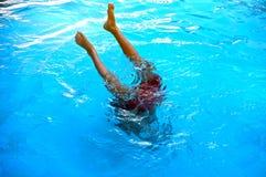Adolescente joven que se zambulle a la piscina Foto de archivo
