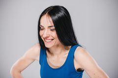 Adolescente joven que sonríe en estudio Imagen de archivo libre de regalías