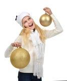 Adolescente joven que sostiene decorati del día de fiesta de las bolas de la Navidad del oro Fotografía de archivo