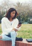 Adolescente joven que sostiene el teléfono móvil Fotos de archivo