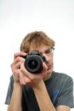 Adolescente joven que sostiene la cámara de Digitaces SLR Foto de archivo libre de regalías