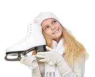 Adolescente joven que sostiene los patines de hielo para el spo del patinaje de hielo del invierno Fotos de archivo libres de regalías