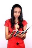 Adolescente joven que sostiene un libro. Fotografía de archivo libre de regalías