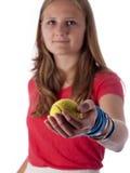 Adolescente joven que sostiene una pelota de tenis (foco en la bola) Fotos de archivo