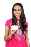 Adolescente joven que sostiene una tarjeta conocida. Fotografía de archivo libre de regalías