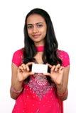 Adolescente joven que sostiene una tarjeta conocida. Imagen de archivo libre de regalías