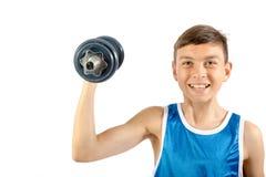 Adolescente joven que usa pesas de gimnasia Fotografía de archivo libre de regalías