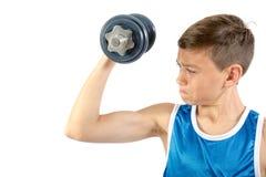 Adolescente joven que usa pesas de gimnasia Foto de archivo libre de regalías