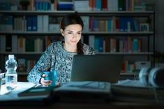 Adolescente joven que usa un ordenador portátil Imagen de archivo libre de regalías