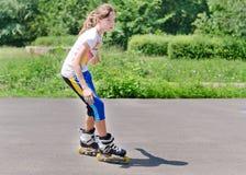 Adolescente joven rollerblading Foto de archivo