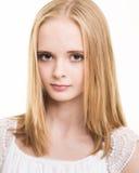Adolescente joven rubio vestido en blanco en el estudio Imagenes de archivo
