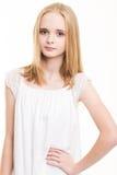 Adolescente joven rubio vestido en blanco en el estudio Imágenes de archivo libres de regalías