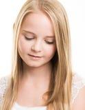 Adolescente joven rubio vestido en blanco en el estudio Fotografía de archivo
