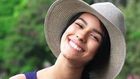 Adolescente joven sonriente de la muchacha Fotografía de archivo libre de regalías