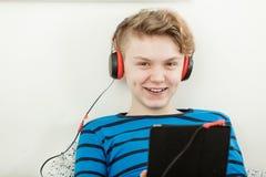 Adolescente joven sonriente que disfruta de su música Imagen de archivo