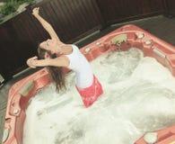 Adolescente joven teniendo buen tiempo en BALNEARIO Imagenes de archivo