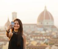 Adolescente joven toma un selfie en la puesta del sol en Florencia Foto de archivo