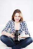 Adolescente joven y atractivo con una cámara del dslr Fotos de archivo