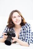 Adolescente joven y atractivo con una cámara del dslr Fotografía de archivo