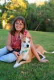 Adolescente joven y perro australiano de la mezcla Fotos de archivo