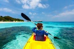 Adolescente Kayaking Imágenes de archivo libres de regalías