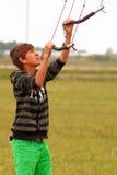 Adolescente kiting de la tierra Foto de archivo libre de regalías
