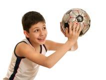 Adolescente lanzando una bola Imagen de archivo