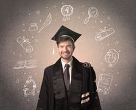 Adolescente laureato felice con le icone disegnate a mano della scuola fotografie stock libere da diritti