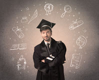 Adolescente laureato felice con le icone disegnate a mano della scuola Immagine Stock