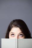 Adolescente lea un libro Imagen de archivo