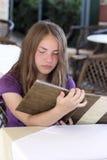 Adolescente lee el menú Fotografía de archivo