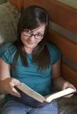 Adolescente lee la biblia en su sitio Fotografía de archivo