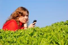 Adolescente lee sms Fotos de archivo
