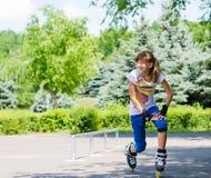 Adolescente limbering para arriba antes de patinar Imagenes de archivo