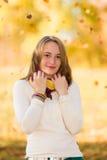 Adolescente lindo al aire libre en otoño Foto de archivo libre de regalías
